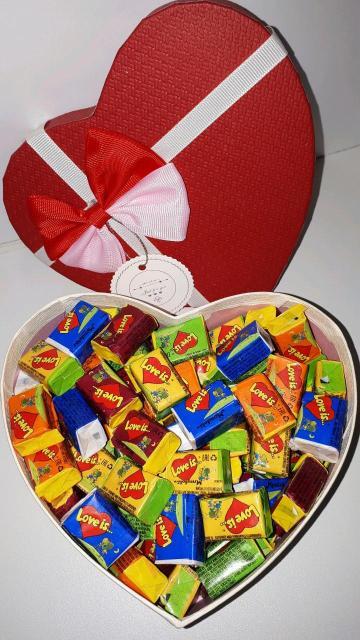 Коробки в виде сердца (8 видов),в коробке 100 жвачек (5 вкусов).Цена указана за 1 коробку со жвачками.Открытку можно вложить на выбор из наличия.Доставка по центру 150 р.,не по центру 200 р.Пишите,звоните🔥