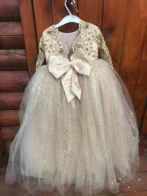 Продаю эксклюзивное платье на 1,5-3 годика.Одевали только один раз на фотосет.Состояние отличное.Можем доставить до квартиры.