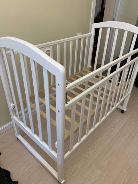 Кроватка для новорожденных. Только остов и матрас(чистый). Самовывоз. Кровать в разобранном состоянии, легко увезти. Фурнитура вся на месте.