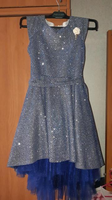 Продаю вечернее платье на девочку б/у одевали 2 раза. Рост примерно 140-145.