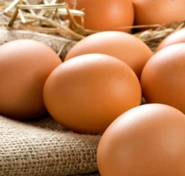 Яйца домашние можно сказать деревенские куры употребляют большое количество травы  желток очень жёлтый. Яйца вкусные.
