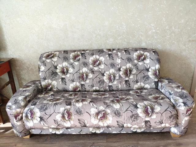 Продаю трехместный диван раскладной с креслом. Возможен торг