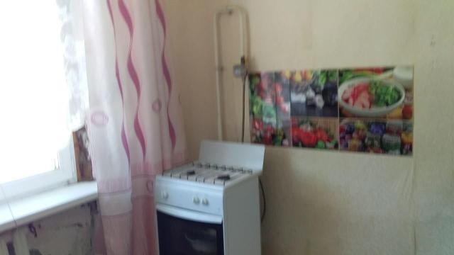 Квартира теплая, имеется газ, пластиковые окна, питьевая вода привозная. В собственности долгов нет. Освобождена