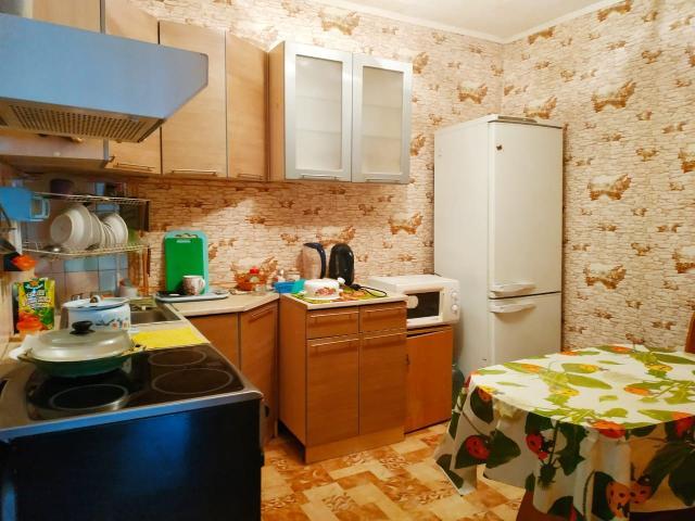 """Срочно, снижение цены!! Продаётся в удобном и развитом районе города уютная, теплая 2-комнатная квартира с косметическим ремонтом на Автодорожной 40/1, в КПД доме 1987 года постройки. Площадь 42 кв2 (+балкон застеклен), удобный этаж 2/5, полы тёплые, газплита, окна на двор. Во дворе хорошая игровая площадка. Санузел раздельный, с кафелем, стеклопакеты, косметический ремонт. Рядом д/сад, школа, отд. сбербанка, МФЦ, ТЦ, магазины, аптека.  Остановка недалеко с маршрутами 14, 16, 1. Очень удобный район, центр ДСК, здесь спокойно, нешумно, так как вторая линия с дороги. В подарок остается мебель вся.  Квартира освобождена, готова к продаже, все документы, оценка готовы, без обременений, 1 собственник, цена бюджетная. Это отличный, готовый вариант """"Заезжай и живи""""."""