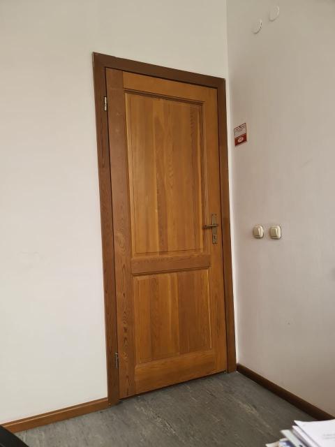 Продам 2 шт. двери из благородной древесины (стояли в офисе). Самовывоз. Возможен торг!