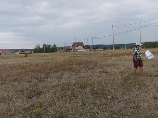 Продается земельный участок в намском тракте 17 км. 800 кв.м. оформлен под сот. Но можно перевести в ИЖС. Газ, свет рядом.