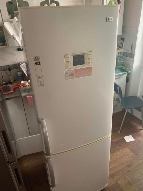 Продаю холодильник 2х камерный, полностью в рабочем состоянии. Имеются небольшие поломки ручек, ящиков. Самовывоз 202 мкр