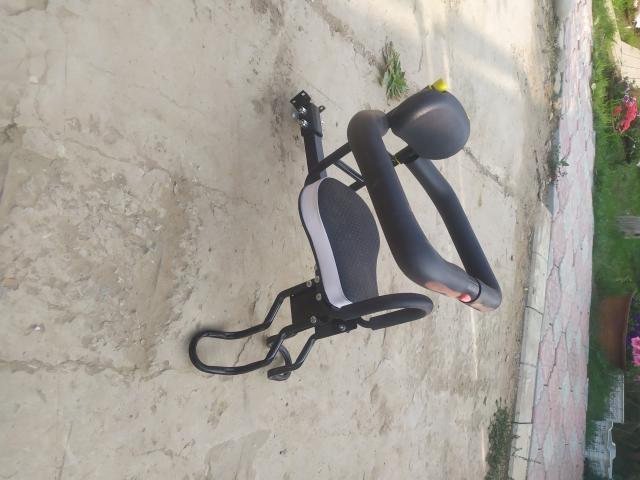 Кресло детское крепиться к сиденью перед рулём.