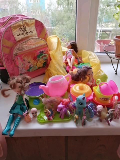 Игрушки для девочки, разные..в рюкзаке.