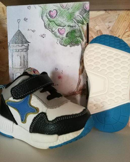 Продаю кожаные кроссовки фирмы caroch, на липучке, по стопе 13,5 сантиметров, 21 размер, лучше брать на ножку 12,5-13 сантиметров, подойдут идеально на осень и для прохладного летнего вечера, мягкая подкладка