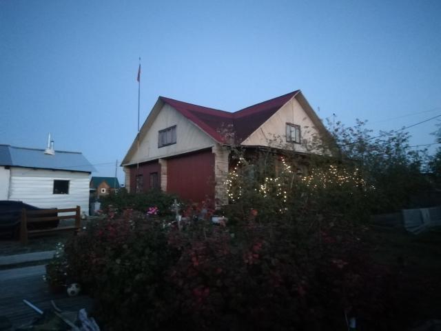 Продаю прекрасный, тёплый брусовый дом 2005 года постройки 208 кв. м. Фундамент ленточный жб, участок 12 соток. Остановка в 3-5 минутах ходьбы. Школа, детский сад, супермаркеты рядом.  На участке есть все постройки: большой гараж с электроворотами (размер гаража 11*7 метров, на 4 машины) , отдельная котельная на дом(септик 9 кубов, произведена замена котла и циркуляционного насоса 1,5 года назад, ёмкость под воду 4 Куба) отдельная котельная на баню(котел+ёмкость 2 Куба) , баня( размер 6*4,5 полностью мебелированная и ухоженная) , большой вольер с двумя секциями, летний туалет, забор профлист(ставили прошлым летом). Территория хорошо освещена. На участке посажены яблоня, чёрная, красная смородина, охта, черемуха, рябина, шиповник.  Просторная брусовая, полностью остекленная, мебелированная веранда для летних посиделок(размер 7*3метра). Первый этаж: ванная комната(полы с подогревом) , кухня, большая гостиная, 2 спальни, холл, подвал. Второй этаж:2 спальни и вторая гостиная. Дом очень тёплый, строился под себя.В доме установлена система кондиционирования на тепло и холод. Очень милые, добрые и тихие соседи.  Продажа от собственника в связи с переездом в другой город. Больше фото по ватс ап. Торг.
