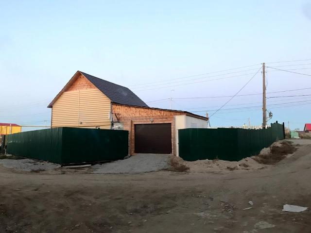 Продается благоустроенный дом с гаражом, по Покровскому тракту 7 км, 1 линия. Дом брус,  отсыпан, 80 кв.м, 2018 года постройки, автономное газовое отопление, благоустроенный. Гараж на 1 авто. Участок ИЖС, 6 сот, огорожен забором, обременение сбербанк. Торг возможен реальному покупателю. Более подробно по телефону.
