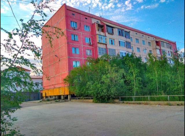 В продаже просторная трехкомнатная квартира по супер цене!   Год постройки: 1998  Площадь квартиры: 85,1 квм+2 балкона! Идеальный средний этаж, окна в обе стороны Санузел раздельный! Долги и обременения отсутствуют!  Если у Вас ипотека, возможна продажа БЕЗ первоначального взноса!  Гостиная, две изолированные комнаты, раздельный санузел и кухня. Есть возможность сделать перепланировку👍🏻  Квартира отлично подойдёт всем! Тем, кто хочет Купить что-то чтобы сдавать. Тем, кто хочет купить квартиру по приемлемой цене и сделать в нем ремонт мечты🤩   Помните, Вы покупаете не ремонт, а инфраструктуру😉  Удачное расположение дома: школа, поликлиника, магазины, автобусная остановка в шаговой доступности, первая линия у дороги📍  Разумный торг уместен!
