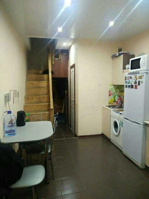 Квартира двухуровневая, имеется газовый котел , отопление автономное площадь 28 квадратов , мебель и бытовая техника (холодильник, плита газовая, стиральная машина) остаются
