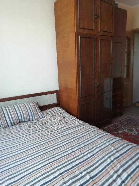 Продается большая чистая светлая 2-комнатная квартира ленинградской планировки в блочном доме в городе МАГАДАНЕ (!) 2 этаж из 5, площадь 57,5 м2 (без учета балкона), кухня 9 м2, высокие потолки, отдельная кладовая (можно переделать под гардеробную), застекленный балкон 4 м2, ухоженная, простой неевроремонт, раздельный санузел, встроенная мебель. Окна на обе стороны (восток-запад), тихий район. Без долгов и обременений, два собственника, материнский капитал не использовался. Все, что есть на фото, остается новому хозяину! Электроника (телевизоры, холодильник, стиральная машина) остаётся по договоренности. С реальным покупателем возможен торг.