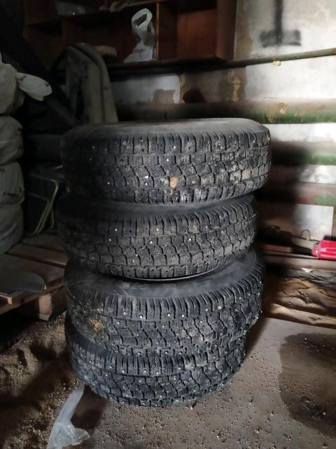 Продам комплект колёс с шипованными резинами 185/70/14  к.т 89248711824