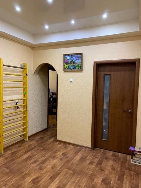 Срочно 3-х комнатная квартира в Новопортовском районе Якутска, общей S: 76,4 м2. Лоджия 2,2 м2. Гардеробная комната - кладовая. Остановка (400м), школа и сад (1000м), школа для глухонемых и аптека (100м), ТЦ Соседи (300м), детская и взрослая поликлиника (1000м), косметический ремонт, частично меблированная продажа, без обременений. Бонус дополнительная кладовка на лестничной площадке для хранения вещей под ключ. Парадные и двор ухожены и облагорожены. Cпальный район, собственное ТСЖ, спокойные соседи. Квартира состоит из 3 комнат + тещина комната, кладовая на этаже + 1 лоджия на 2 комнаты. В квартире стеклопакеты, пластиковые трубы, полы ламинат и линолеум. Квартира без обременений и долгов. Квартира светлая и чистая. Продаем в связи с переездом.Возможна ипотека, торг.