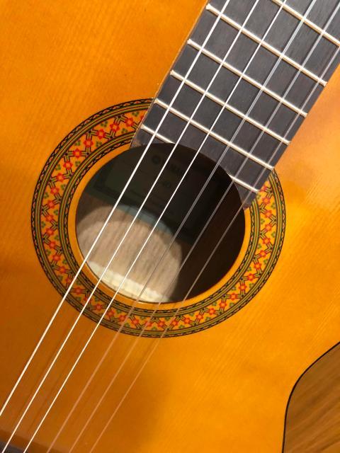 Продам гитару YAMAHA C40 классическая гитара 6 струнная. Нейлоновые струны.  Продаем, потому что для ребёнка оказались широкие лады. Пользовались пару месяцев. Покупали в прошлом году за 7800р.  К сожалению ребёнок пользовался не очень аккуратно и на обратней стороне есть небольшие царапинки. А с внешней стороны вид идеальный. Возможна бесплатная доставка 👌🏻
