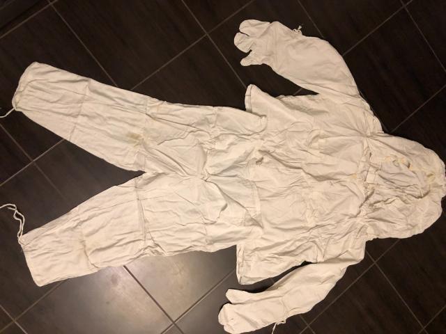 Маскировочный костюм зимний б/у.  Цвет - белый.  Безразмерный.  Есть пятна на куртке и на штанах.  Комплект:  Куртка и штаны.  Без торга.