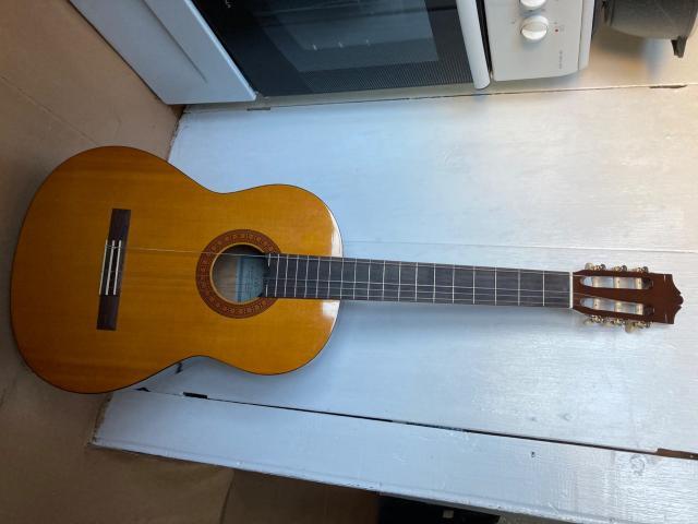 Продаю гитару, новая, ни царапин, чехол в подарок (чёрный). Самовывоз при покупке