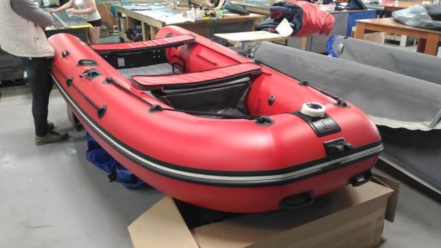 Лодка ПВХ CompAs 380 S  https://shop.globaldrive.ru/  Надувная моторная лодка CompAs 380S проектировалась на базе модели CompAs 400. Целью модернизации ставилось повышение мореходных качеств (сложные погодные условия, волна, для тех, кто выходит на большую воду далеко и надолго) в сравнении с первоначальной моделью CompAs 380 (лодка с умеренной килеватостью, но выходящая в режим глиссирования при нагрузке 500 - 600кг. под макс. заявленным мотором). Дополнительно CompAs 380S в серии выпускается с верхними косынками и кольцами для фиксации вещей в кокпите лодки. Кокпит стал глубже и высота банок от пола составляет 37 см. Увеличена ширина лодки в целом и ширина кокпита в частности, при увеличенном диаметре бортовых баллонов. 8 стоек - увеличилась общая жесткость конструкции дна. Палуба более плоская, за счет того, что расстояние между стойками уменьшилось, выпуклость бревнышек стала значительно меньше.  2017 г.в., принят по программе TRADE-IN и прошёл предпродажную подготовку. Латок, порезов нет. Сдан предыдущим владельцем по причине покупки катера.  • Туох баар боппуруостарынан объявленияҕа баар нүөмэринэн эрийин!  ••• Технические характеристики ••• Пассажировместимость: 5 чел. Рек. мощность мотора: 10 л.с. Длина/Ширина лодки, см: 380 × 178 Длина/Ширина кокпита, см: 265 × 82 Диаметр баллона: 49 см Гермоотсеки: 3 шт + дно Макс. грузоподъемность: 700 кг Вес лодки: 44-45 кг Высота транца, мм: 420 (S) Макс. вес мотора: 70 кг Высота лавок: 39 см Макс. мощность мотора: 25 л.с.  • РАССРОЧКА И КРЕДИТ ОТ ЛЮБОГО БАНКА! • СОБСТВЕННЫЙ СЕРВИС ПО ОБСЛУЖИВАНИЮ ТЕХНИКИ! • ВОЗМОЖНО ПРИВЕЗТИ ТОВАР ПОД ЗАКАЗ!  • Уважаемые друзья, убедительная просьба перед заключением сделки уточнять наличие и стоимость товара у менеджеров!  Режим работы: ПН-ПТ: 10:00 - 19:00 СБ-ВС: 10:00 - 16:00  г. Якутск, ул. Чайковского, 77. Представительство федеральной сети магазинов водно-моторной техники GlobalDrive.  Всегда рады видеть Вас в нашем магазине.