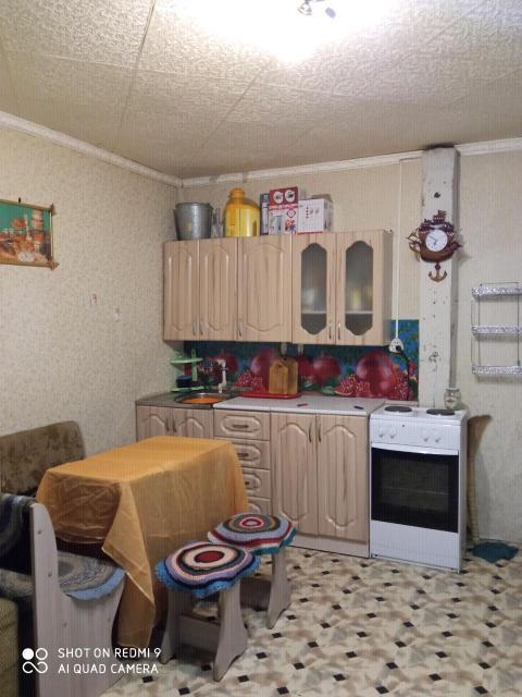 Сдаём на длительный срок порядочным без в/п людям частично благоустроенную комнату 20 кв.м. Комната полностью меблирована новой мебелью (стенка, прихожая, кухонный уголок, кухонный гарнитур, прихожая, диван). Установлена новая железная дверь и стеклопакет. Из бытовой техники имеется новый холодильник, электроплита с духовкой, чайник, необходимая посуда хоз.инвентарь. Вода в кране питьевая круглогодичная. Система ведерно-выносная. Соседи спокойные семейные. Отдельная дверь ссоседями по площадке, чтобы никто не беспокоил. Дом находится в 2-х минутах до остановки, Автобус 15, 25, 41 все идут до центра 15 минут. Рядом имеются 2 новых детсада, 31 школа, продуктовые магазины. Можно доехать на оптовую базу за 5-7 минут.