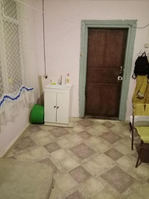 Срочно сдаётся отдельная комната в районе Ростелеком. Вода в комнате есть. Слив в коридоре. Комната тёплая на 2 этаже