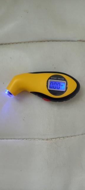 Измеритель давления в шинах, манометр, барометр, цифровой тестер, ЖК-дисплей. Новый. 1. ЖК-дисплей с подсветкой для легкого чтения 2. Три единицы измерения: PSI, KPA, BAR 3. Небольшой портативный дизайн, легко держать и управлять 4. Точное и быстрое измерение, надежная в использовании 5. С противоскользящей резиновой ручкой 6. Ручное включение/выключение питания и автоматическое отключение для энергосбережения 7. Светодиодный светильник, удобный для использования даже в ночное время 8. Размеры: 10,5x4,5x2,2 см (Д * Ш * В) 9. Материал: АБС-пластик, резина 10. Цвет: желтый.