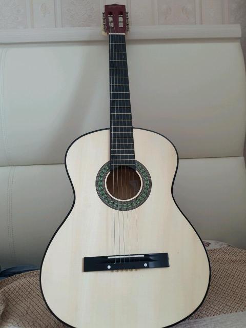 Гитара для начинающим, очень чистый звук. Практически новая!