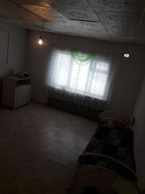 Срочно  сдаю на дл. срок 1 комн квартиру в ч/б доме. Центр, водозабор рядом, теплая. Оплата в месяц 9000+э/энергия..