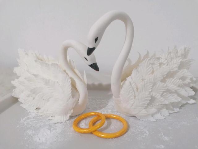 Лебединая пара украсит свадебный торт, символ верности и вечной любви! Кольца в подарок! Лебеди ручной работы  из мастики.