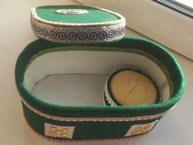 Продается шкатулка невесты «мэллээх иьит / маллаах иьит» внутри есть ножницы, нитки, иголки и метровка.