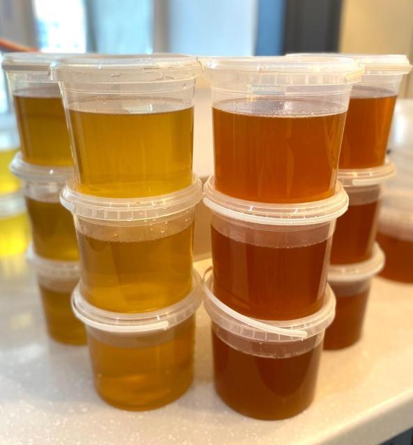 Продаю свежий приморский натуральный 100% мед липовый(1кг-500рб), мед цветочный(1кг-500рб) бесплатная доставка от 2 кг по центру