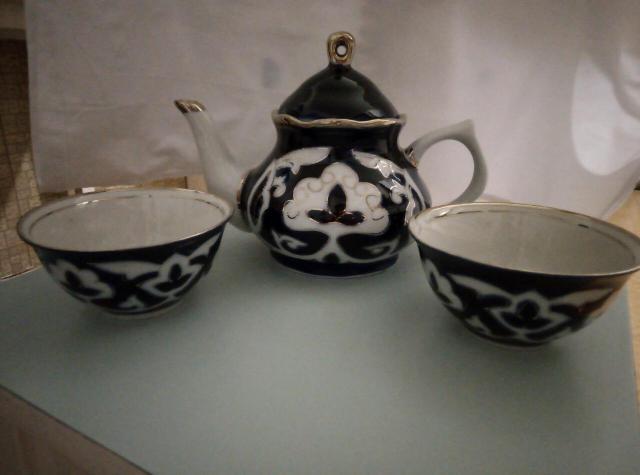 Продаю набор: Чайник-заварник и 2 пиалы. Новый. Объём чайника 600мл. Объём каждой пиалы 150мл. Отделка Кобальт+позолота.