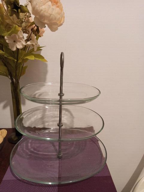 Сервировочная этажерка- подставка ИКЕА . 3 яруса, прозрачное стекло. Руска нержавеющая сталь. Вы можете снять тарелки, комбинируя и варьируя высоту. Размер: длина 31см, ширина 37см, высота 34см.  Можно подавать самые разные продукты: конфеты и печенье, фрукты и ягоды. Сервировочная подставка станет настоящим украшением вашего стола. На ней можно подать пирожные, фрукты или выпечку.