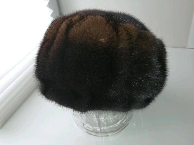 Красивая, мягкая, тёплая и удобрая норковая шапка с переходом цвета от темного к светло-коричневому. Форма шапки что-то среднее между биретом и кубанкой. Посадка глубокая , размер регулируется. Состояние новой вещи. Вотсап 9969153735