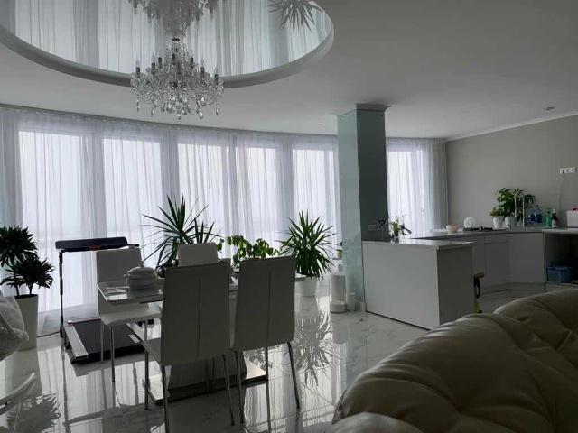 Продаю 3-комнатную квартиру в связи с переездом. Квартира ухожена, панорамные окна, шикарный вид из окна, зимой очень тепло, вся мебель остаётся. Варианты обмена на меньшую с вашей доплатой