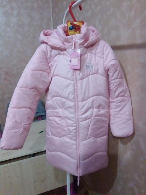 Новое демисезонное синтепоновое пальто на девочку р.134. Покупали год назад и ни разу не носили, уже малое. Есть бирка.
