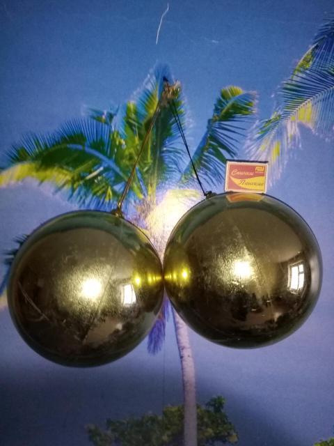 Новогоднии большие шарики 2шт. В отличном состоянии