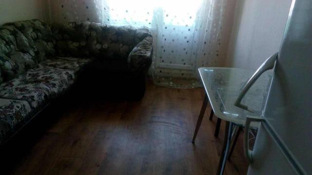 Сдаю студию  посуточно в районе ЯКСМК командировочным или молодой паре. В квартире есть стол со стульями, микроволновка, холодильник, стиральная машина, диван. После 21 часов цена выше. В выходные дни 1700 рублей.