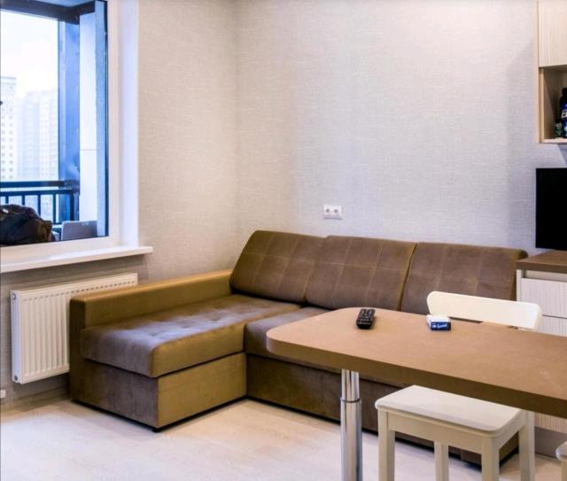 Сдаю посуточно и по часам квартиру студию в самом центре города. Свежий дизайнерский евроремонт и новая мебель, есть вся бытовая техника, посуда, постельное белье идт. Наличие паспорта при заселении - обязательно. Сдаём тихим парам и командированным, компаниям не сдаётся