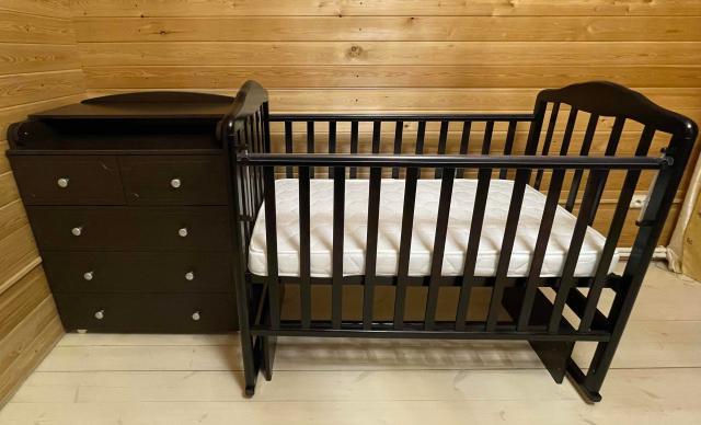 Продаю детскую кровать с матрацом+комод(пеленальный стол) в отличном состоянии,совершенно как новое.Продаем без торга в связи с ненадобностью.Самовывоз.