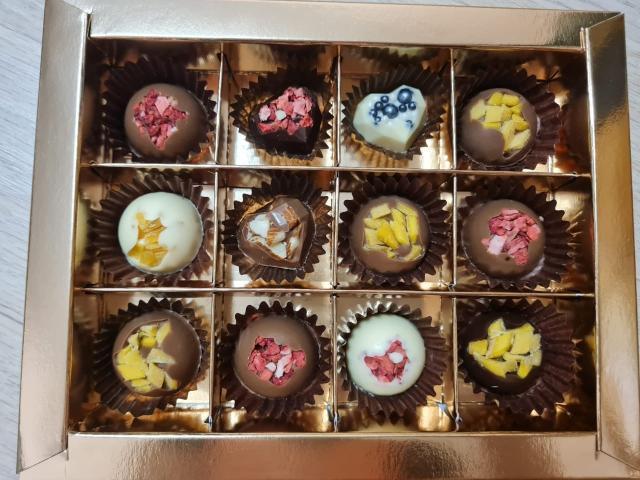 Изготовим шоколадные конфеты из бельгийского шоколада по индивидуальному заказу с наполнителем на Ваш вкус (клубника, манго, рисовые шарики, орехи: фундук, миндаль, грецкий орех, кешью, вафельная крошка)😍  Шоколадный набор станет прекрасным подарком дорогому Вам человеку😊  Наборы конфет разного количества и по разной стоимости:  6 шт - 280 руб. 9 шт - 350 руб. 12 шт - 450 руб. 25 шт - 900 руб. Плитка шоколада - 300 руб.  Самовывоз (район Авиагруппы). При заказе от 2000 руб., доставка бесплатная🤗 Срок изготовления 1-2 дня.  Наш аккаунт choco.love14