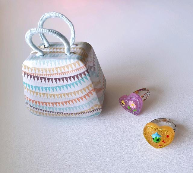 Продаю сумочку шкатулку, металл, ручка в оплётке и два детских кольца, размер универсальный, расширяются. Сумку можно использовать в качестве кукольной. Все новое. За все вместе 100 р, центр