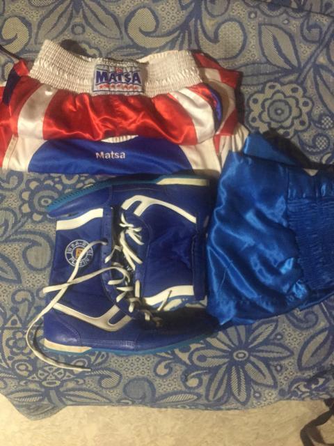 Продам боксёрскую форму красную и синею только шорты , и боксерки 40-41 размер