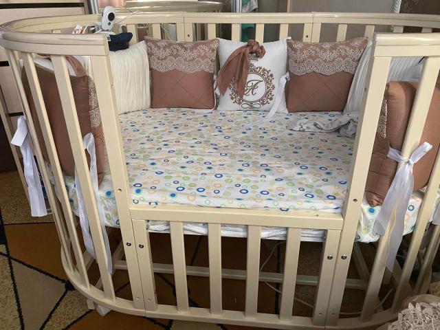 Продам кроватку которая трансформируется в круглую и овальную, с овальным матрацом, состояние 10 из 10