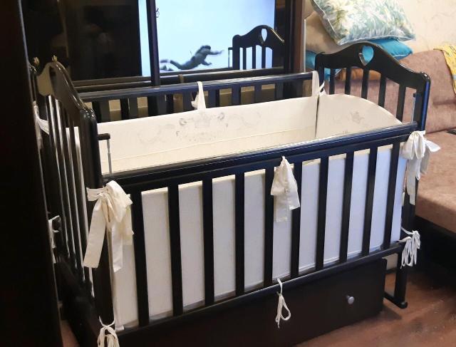 Продаю детскую кроватку - маятник , с ящиком , имеется матрас , бортики , комплект постельного белья, подушка , 3 простыни , одеяло, по всем вопросам в ватсапп. Практически все новое.