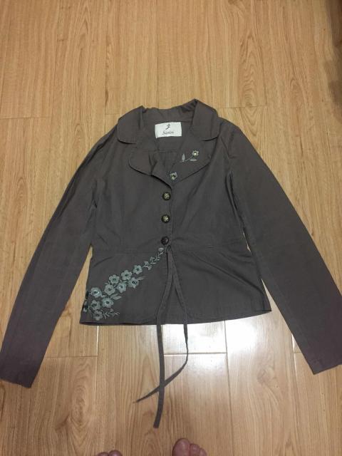 Курточка на девочку , длина 50 см , плотный материал , состояние хорошее