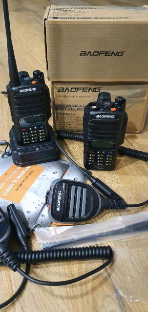 Радиостанция Baofeng UV-9R Plus  Baofeng UV-9R Plus - это двухдиапазоннаяносимая радиостанция диапазона 136-174 МГци 400-520 МГц. В ней установлен двухстрочный монохромный экран с подсветкой. Благодаря наличию клавиатуры можно вводить частоту напрямую. Также рация имеет 128 каналов памяти, передатчик мощностью до 8 Вт, аккумулятор на 2200 мАч, функцию активации голосом (VOX) и встроенный светодиодный фонарик. Baofeng UV-9R Plus может программироваться с компьютера, имеется возможность разноса частот для работы через ретрансляторы. Также стоит упомянуть такие особенности рации как сканирование частот, FM-радио 65 МГц - 108 МГц и аккумулятор Li-Ion на 2200 мАч (на экране отображается заряд, присутствует режим экономии энергии.) Радиостанция Baofeng UV-9R Plus защищена по стандарту IP67 - это значит она подойдёт для суровых условий эксплуатации. Аксессуары надёжно фиксируются винтом что предотвращает попадание воды и пыли внутрь корпуса. Динамик на 1000 мВт громкий и позволяет слышать собеседника в шумной обстановке. UV-9R Plus будет интересна как любителям, так и профессионалам.  Технические характеристики Baofeng UV-9R Plus:  Частотный диапазон 136-174 и 400-520 МГц  128 каналов памяти  Мощность до 8 Вт  Аккумулятор Li-Ion 2200 мАч  Защита IP67  FM-радио 65 МГц - 108 МГц  Активация голосом (VOX)  Разнос частот приёма и передачи  Звуковая мощность динамика 1000 мВт  Режим экономии энергии  Сканирование двух каналов (Dual Watch)  Программирование с компьютера  Встроенный светодиодный фонарик  Размеры 62x130x38 мм  Масса 250 г