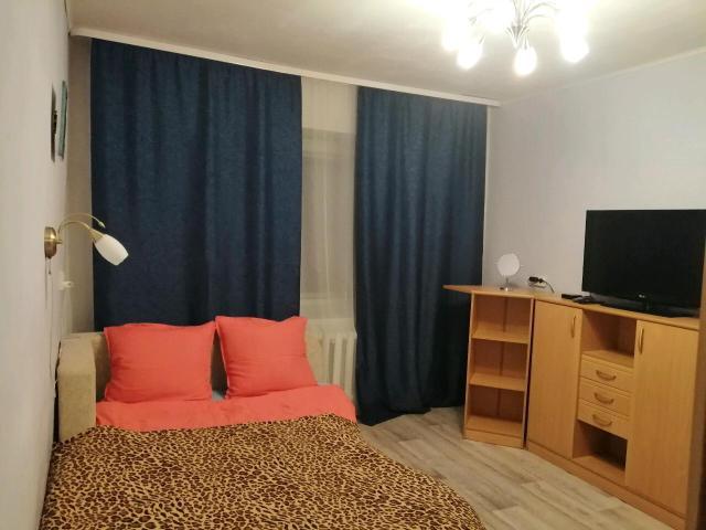 Сдаётся квартира с хорошим ремонтом, со всеми удобствами, парам и командировочным, есть все для проживания, стиральная машинка, холодильник, плитка, микраволновка, фен, утюг, высокоскоростной интернет, Wi-Fi, телевизор - IP-TV. Двуспальная кровать, мебель, посуда, гладильная доска, сушилка. Очень чисто и уютно. Большая и просторная лоджия - отличное место для курящих гостей.